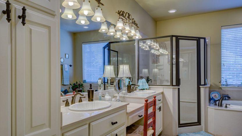 Illuminazione bagno: plafoniere applique o faretti?