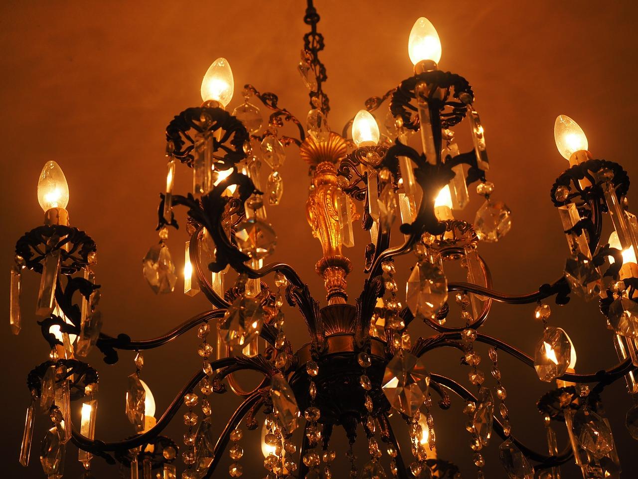 Lampadari e applique in ferro battuto: idee per un'illuminazione di design