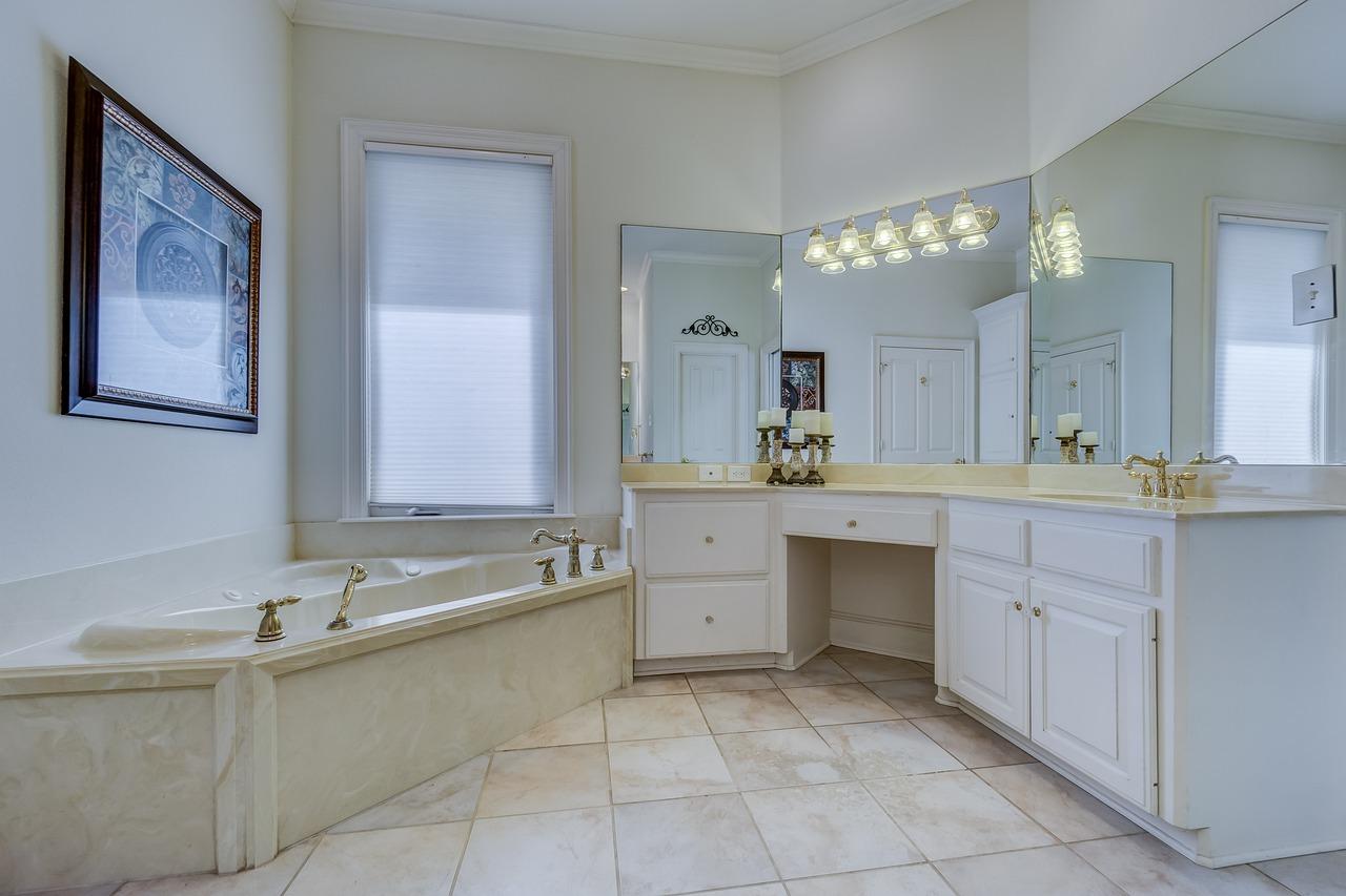 Vasca Da Bagno Moderno : Vasca da bagno e il lavandino in bagno moderno u al chiuso luce