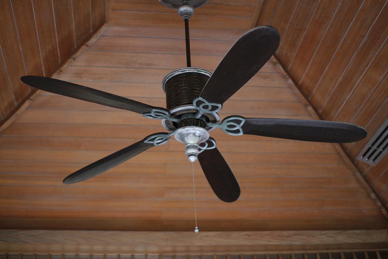 Ventilatore da soffitto: i pro e i contro di questo sistema di raffrescamento