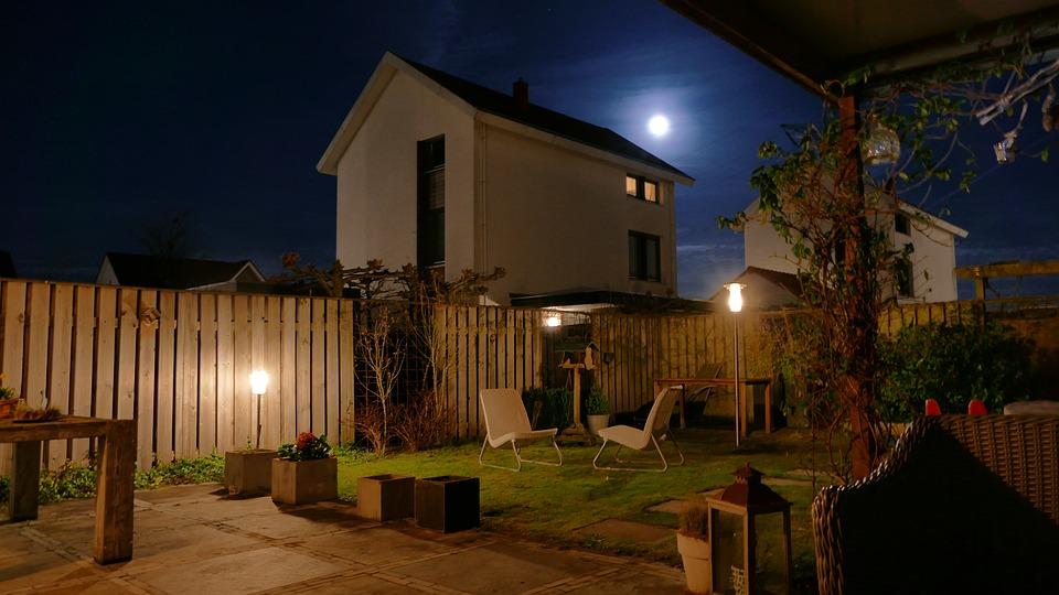 Illumina il giardino con i faretti led da esterno