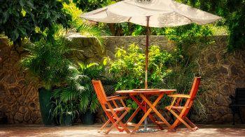 Ombrelloni da giardino: come scegliere quello adatto ai tuoi esterni