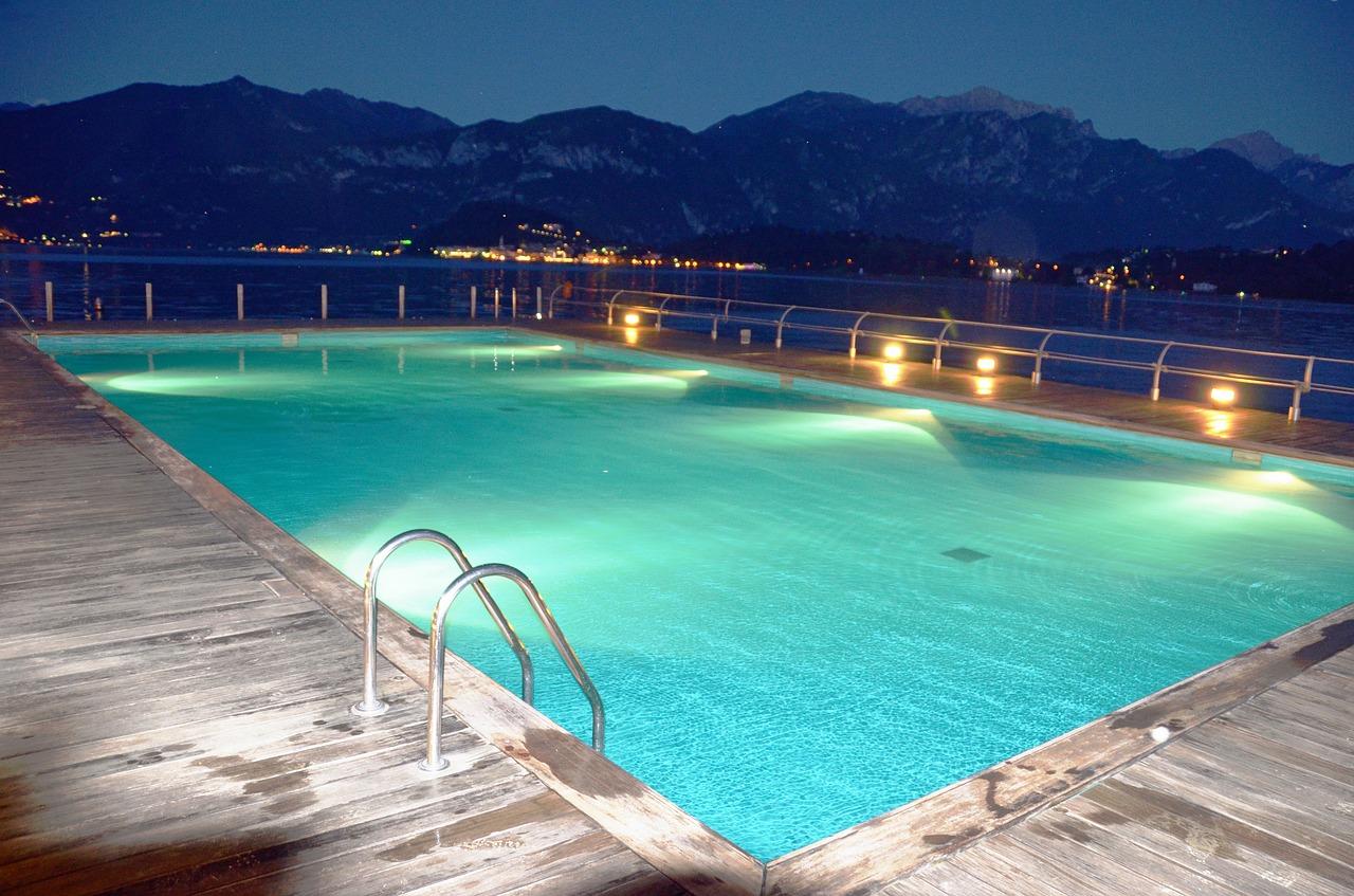 Illuminazione piscina come posizionare luci e faretti nel modo giusto