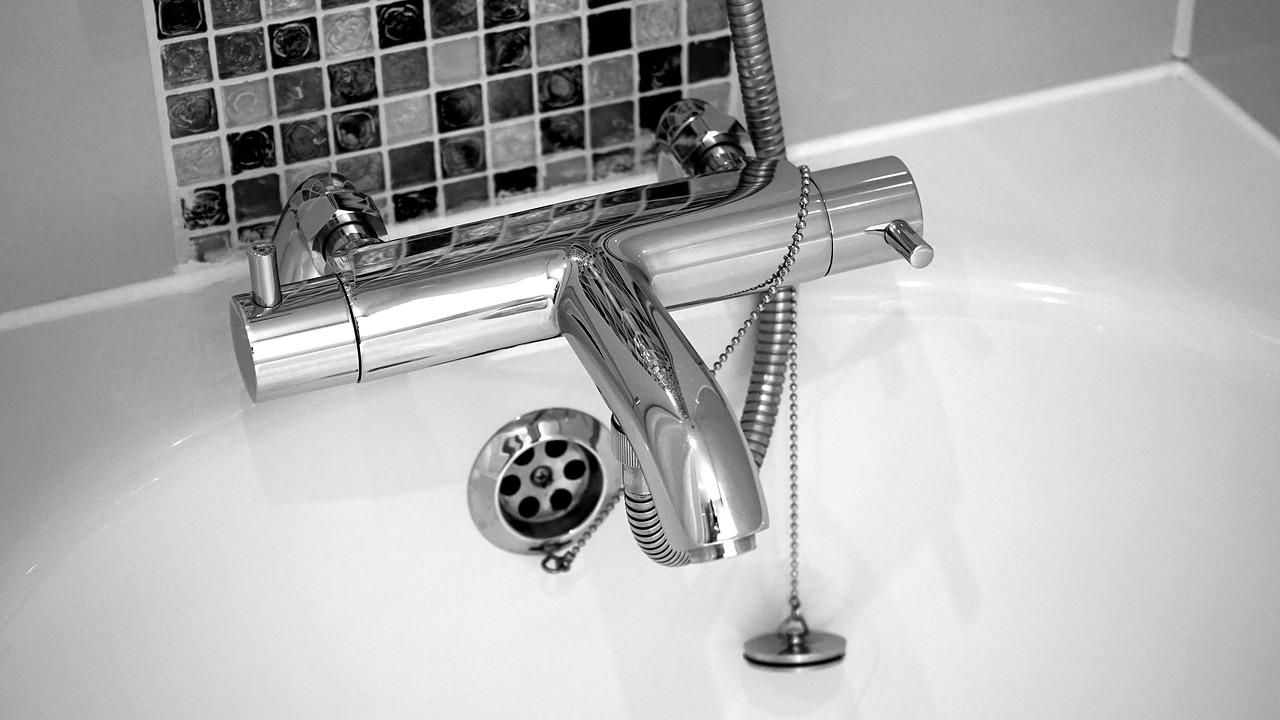 Vasca Da Bagno Smalto Rovinato : Come lucidare una vasca da bagno opaca o ingiallita