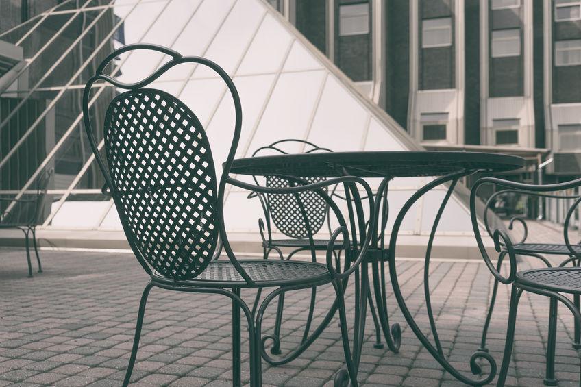 Tavolo In Ferro Battuto Per Esterno : Tavolo in ferro battuto da giardino per uno spazio in stile industrial