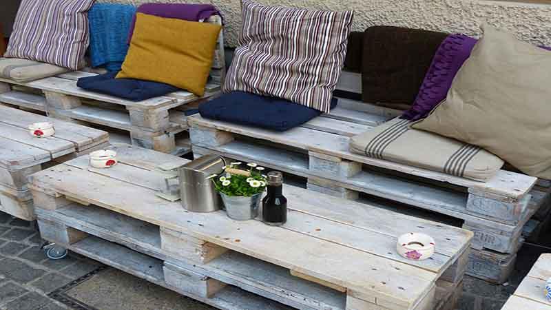 Arredamento pallet 5 idee per arredare con i bancali in legno for Preventivo arredamento casa
