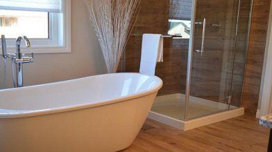 Bagno senza piastrelle: idee per rivestimenti alternativi
