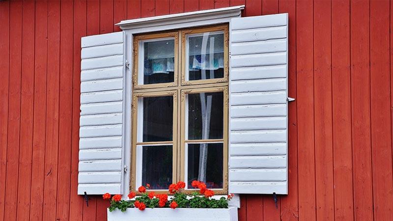 Come lavare e pulire i vetri consigli per finestre senza aloni - Pulizia vetri finestre ...