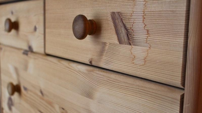 Quanto costa far decapare un mobile in legno da un falegname?