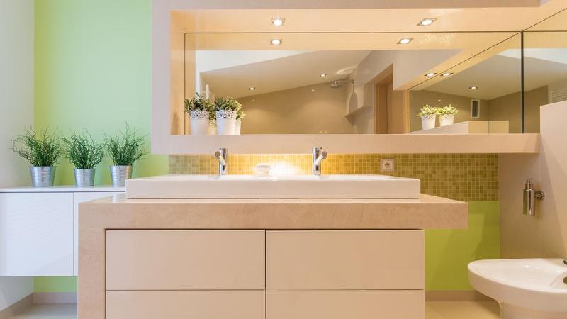 specchio da bagno incassato o a filo?