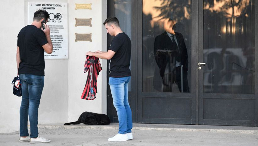 Addio a Emiliano Sala, il cane veglia senza mai lasciarlo solo
