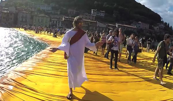 Cristo sulla passerella di Christo: il video ironico