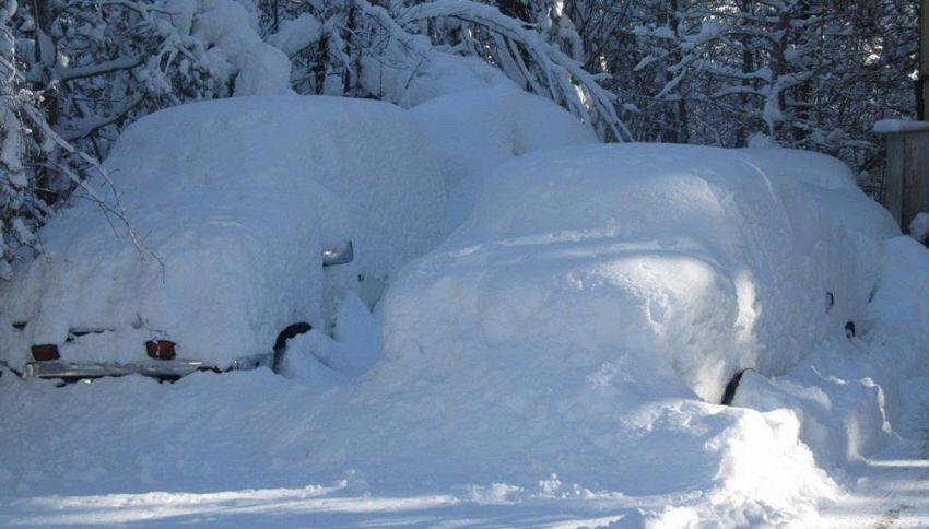 Cosa fare per liberare l'auto dalla neve