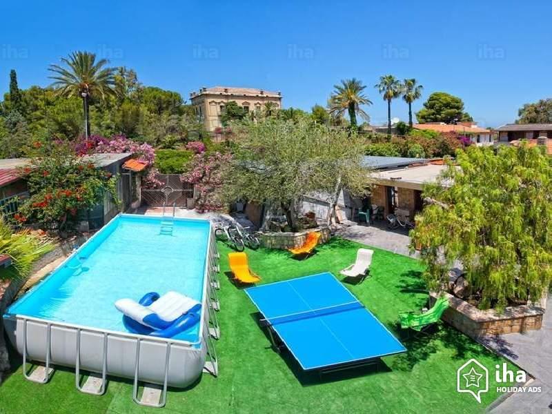 Piscine fuori terra e seminterrate caratteristiche e prezzi supereva - Giardino con piscina fuori terra ...