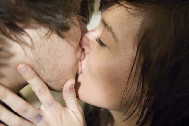 Come baciare per riaccendere la passione nella coppia