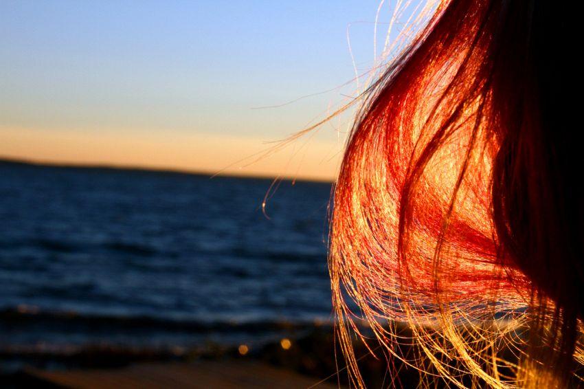 Come proteggere i capelli dal sole e dal vento