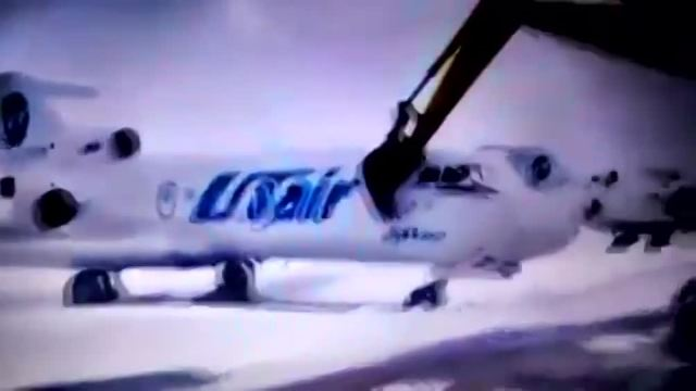 Russia, lavoratore licenziato distrugge un aereo con la ruspa