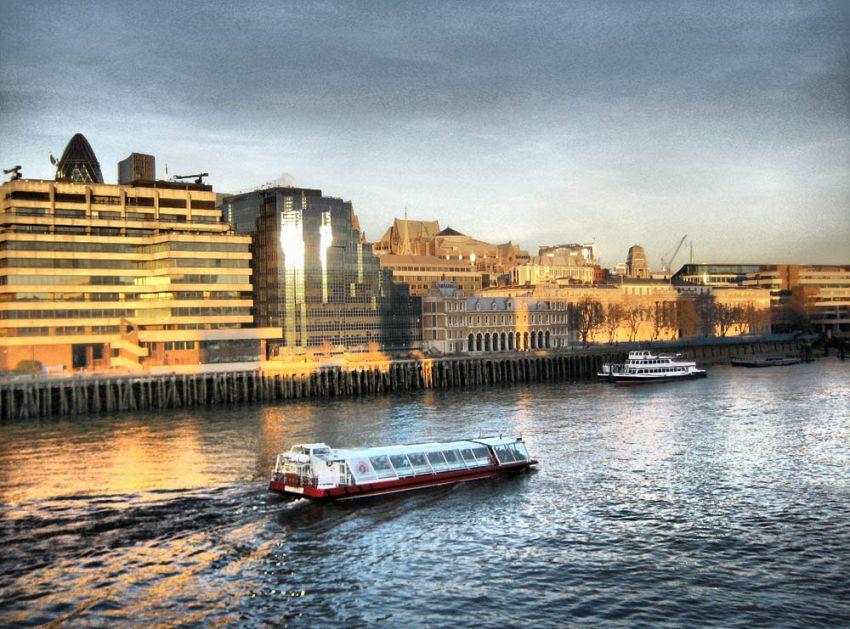 Aperitivo in barca, a Londra impazza la moda del cocktail sul fiume