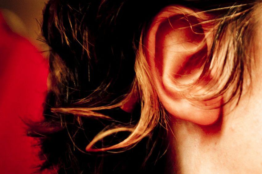 Auricoloterapia: una molletta sull'orecchio contro i dolori
