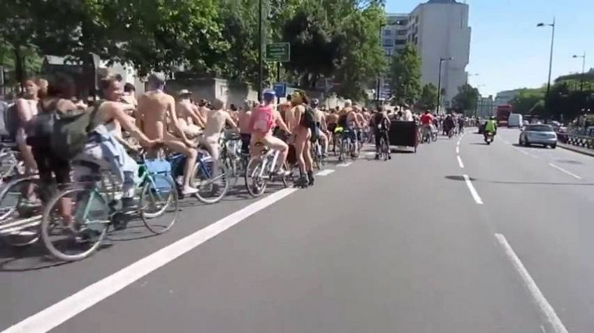 Tutti nudi in bicicletta, a Newcastle l'incredibile protesta