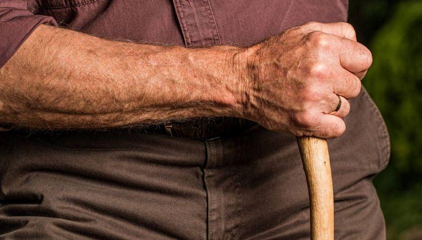 Perché quando si invecchia aumentano i peli sul corpo?