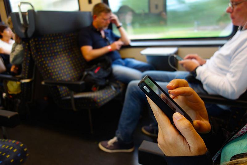 Siete ossessionati dallo smartphone? C'è chi lo usa 5400 volte al giorno