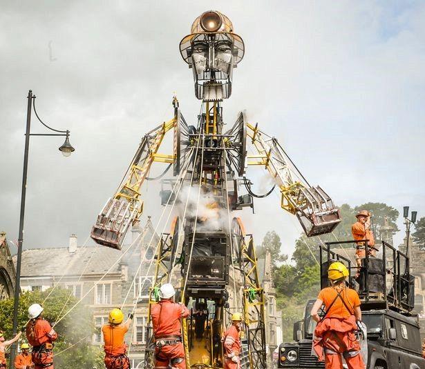 Un gigante di ferro, perché l'enorme marionetta cammina per le strade di Devon?