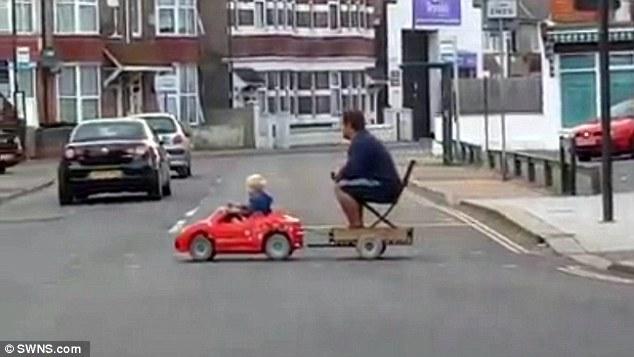 Bimbo con auto elettrica dà un passaggio a suo papà