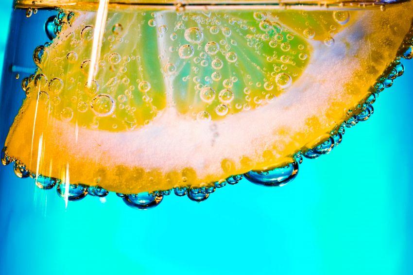 Tutte le 15 ragioni per cui dovreste bere acqua e limone tutti i giorni
