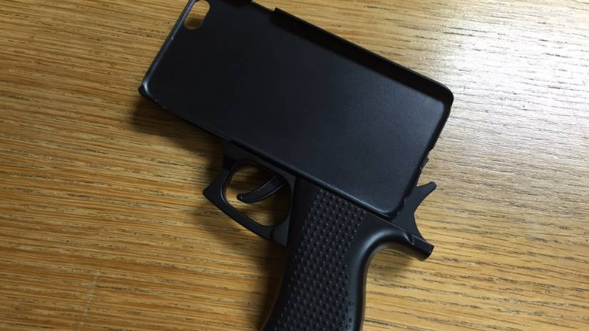 Usa una cover per iPhone a forma di pistola, arrestato