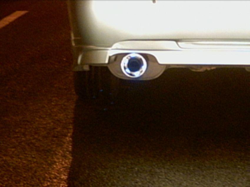 Appassionato di auto beccato mentre molesta una Opel Corsa