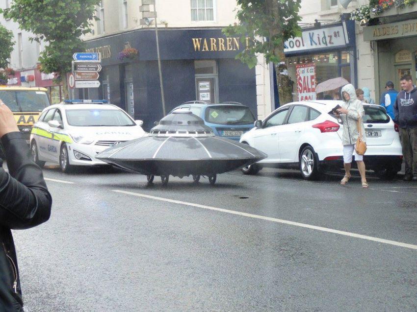 Auto della polizia insegue un Ufo, accade in Irlanda