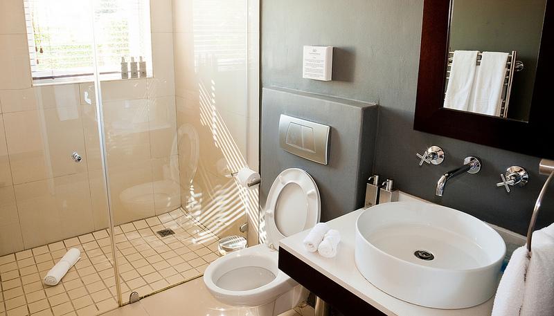 Bagno Stretto E Lungo Arredamento : Doccia a fondo stanza bagno separato in due supereva