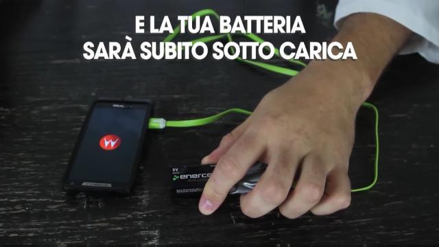 Come ricaricare lo smartphone con la pila del telecomando