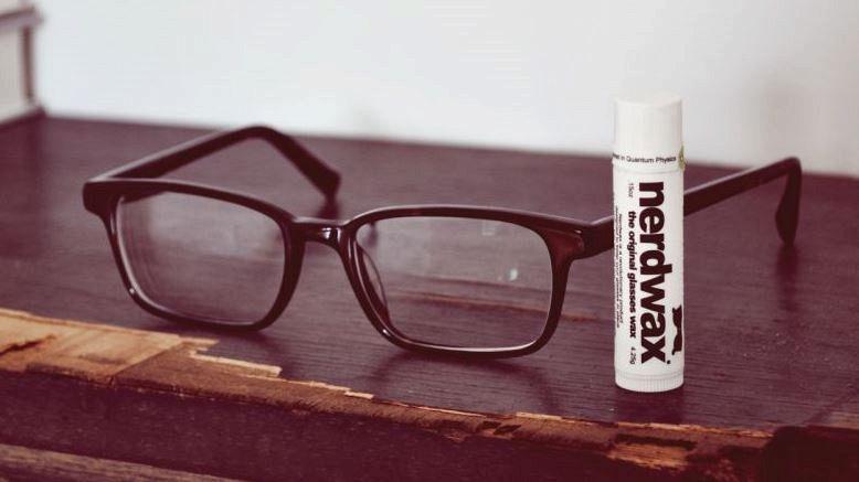 Gli occhiali scivolano? Ecco Nerdwax, la cera antiscivolo per nasi sudaticci