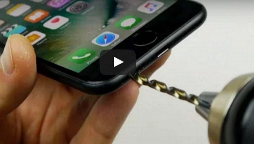 Trapanare l'iPhone 7 per usare le cuffie: la bufala costata cara a tanti