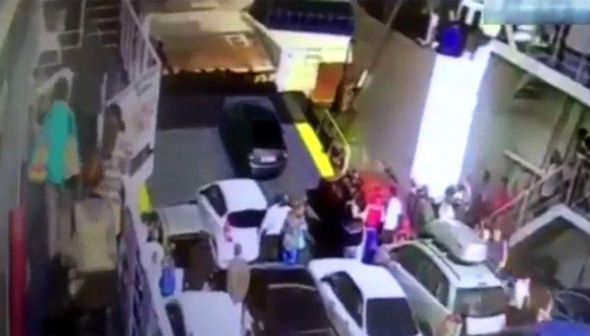 Troppa fretta a scendere dal traghetto: l'auto finisce in mare