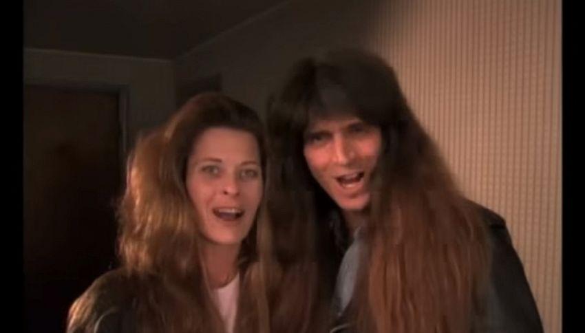 Coppia di rockettari si taglia i capelli dopo 30 anni: irriconoscibili