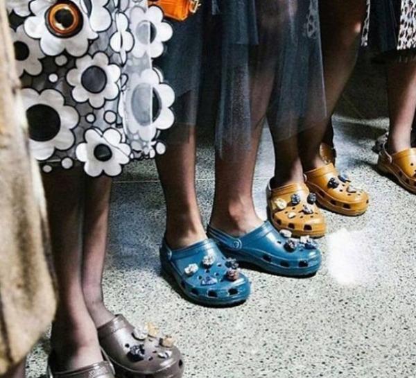 Crocs tempestate di pietre preziose, orrore alla London Fashion Week