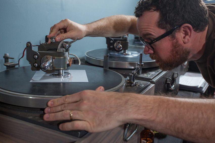 Dischi in vinile fatti a mano, artisti incidono su vecchi CD