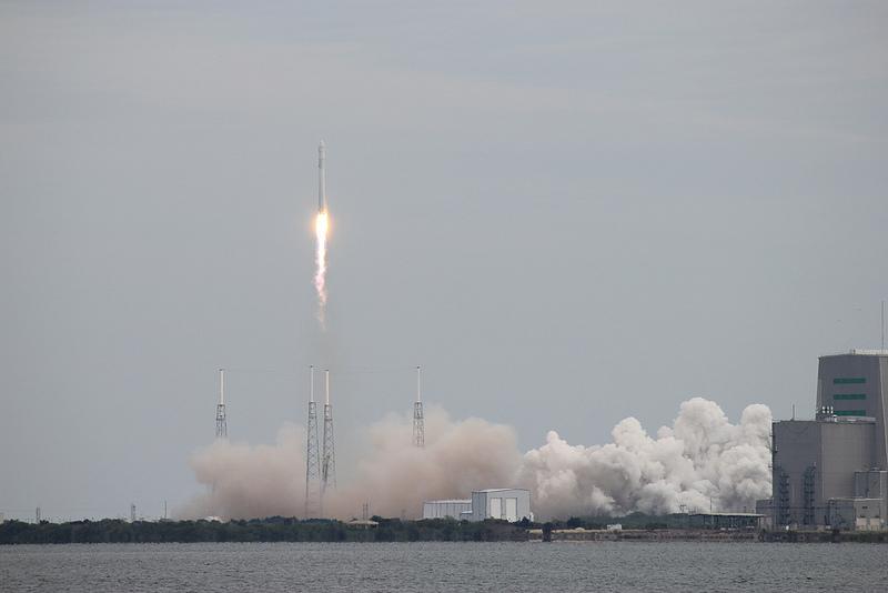 Il razzo Space X esplode: sono stati gli alieni, dicono i complottisti
