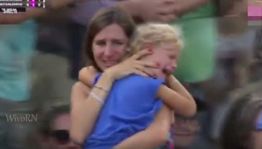 Mamma perde la figlia sugli spalti. Nadal ferma il match