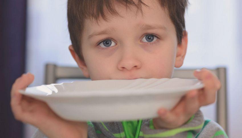 Asilo nega pasto a bimbo di famiglia morosa. Privato paga il debito