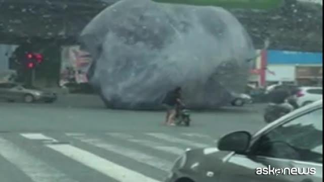 Una enorme Luna gonfiabile semina il panico in Cina