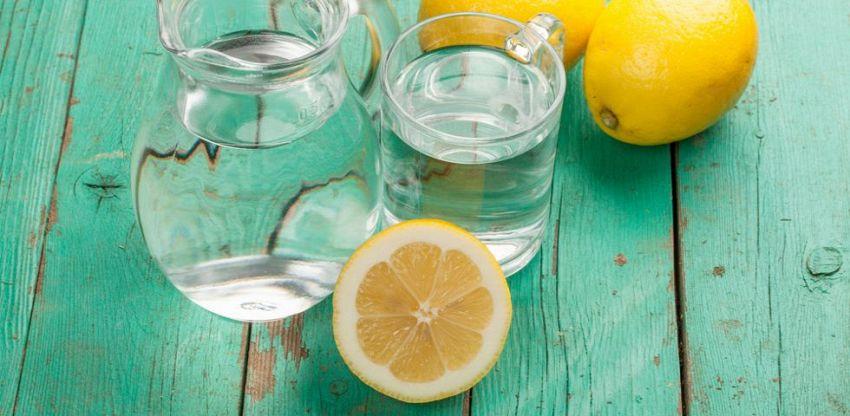 Acqua calda e limone, ecco il segreto per iniziare bene la giornata