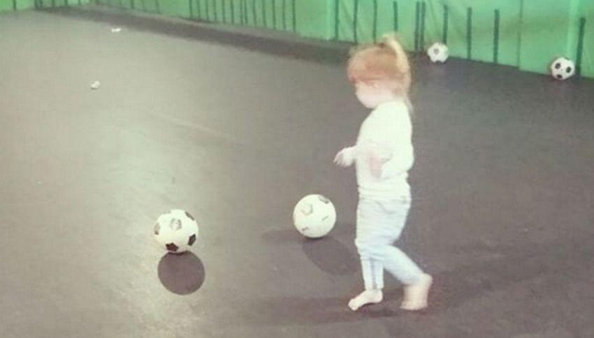 La baby calciatrice di due anni che non sbaglia un penalty