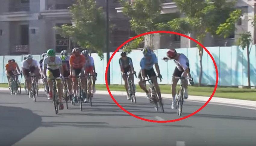 Rabbia e frustrazione tra ciclisti: acqua in faccia all'avversario