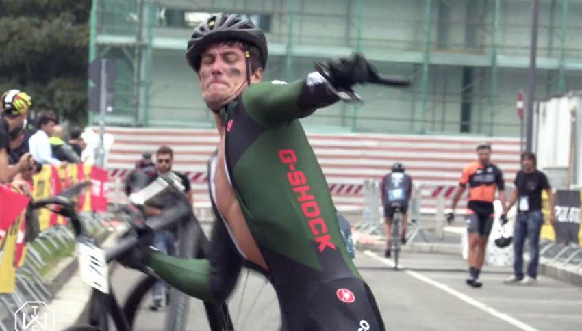 Ciclista furioso: cade in gara e sfascia la bici