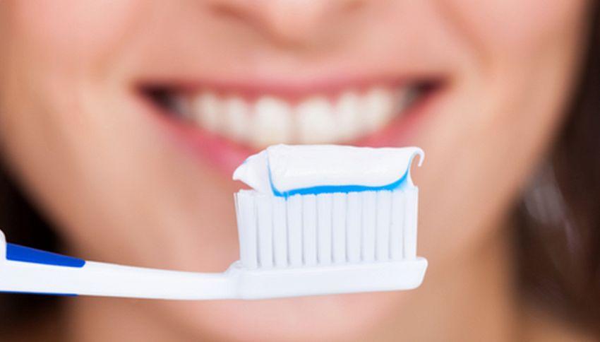 Ecco il dentifricio che rimuove la placca e previene l'infarto