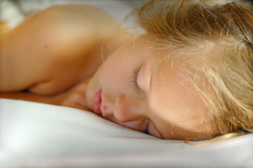 Perché è bene dormire sul lato sinistro